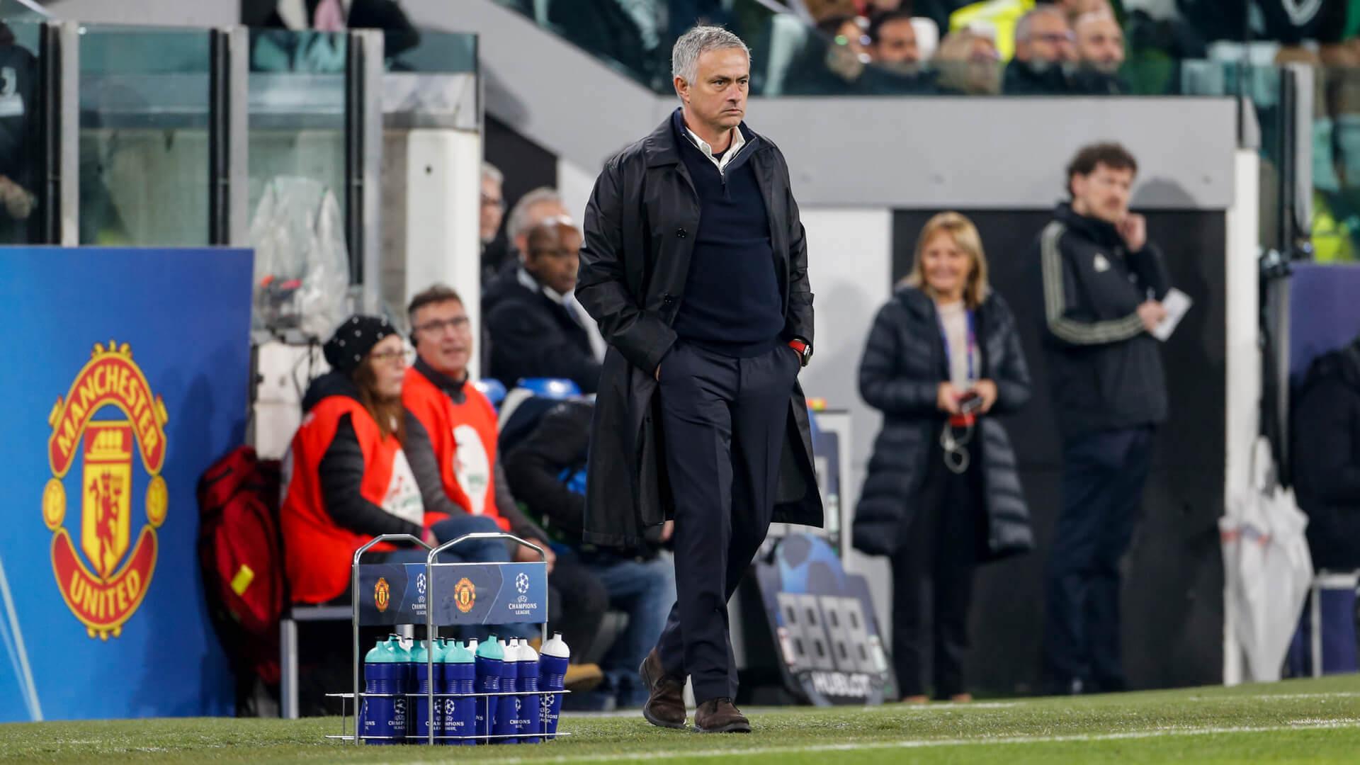 Jose Mourinho wskazuje herb