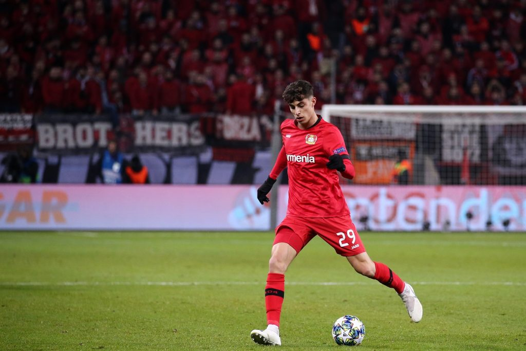 Piłkarz Bayeru Leverkusen z piłką
