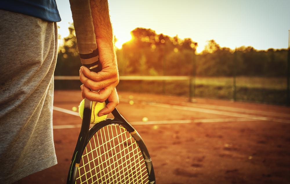 Tenisista trzymający rakietę