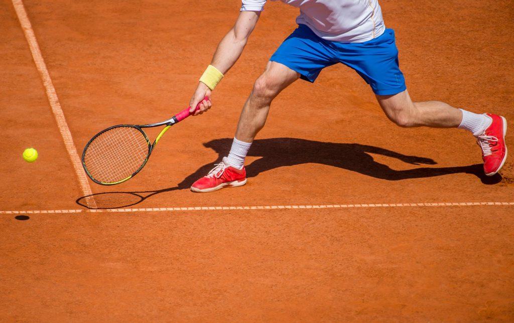 Tenisista na korcie ziemnym
