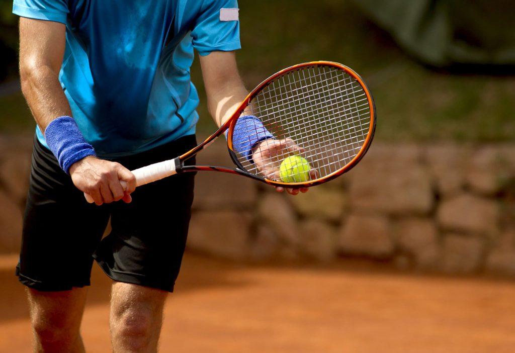 Tenisista przygotowujący się do serwisu
