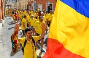 Kibice reprezentacji Rumunii idą na mecz