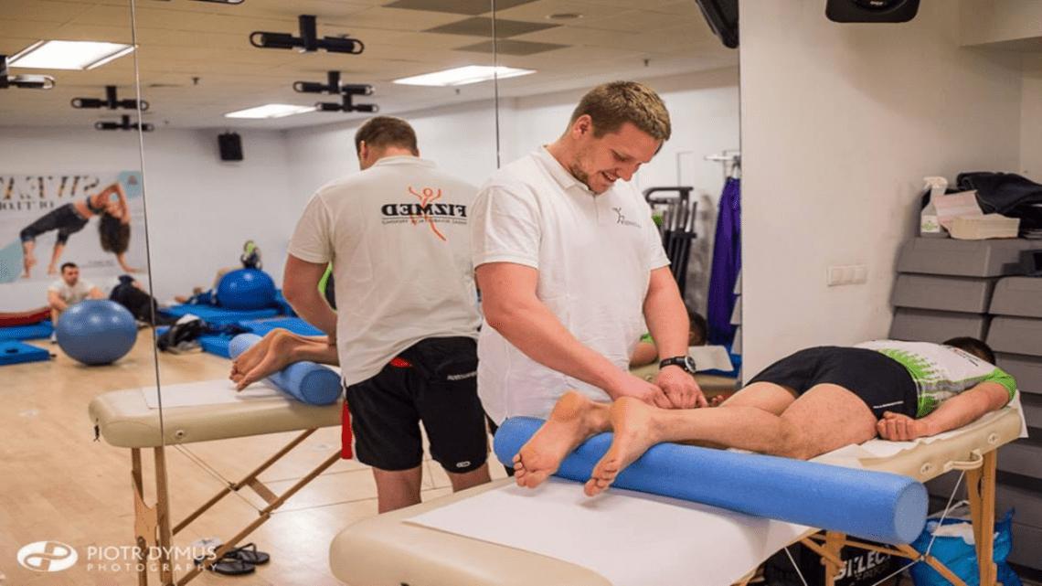 Mateusz Chajęcki podczas pracy fizjoterapeuty