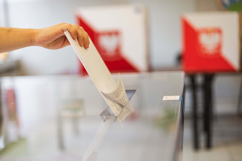 Karta do głosowania i urna wyborcza