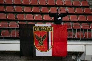 Kibic Sławiji Mozyrz z flagą