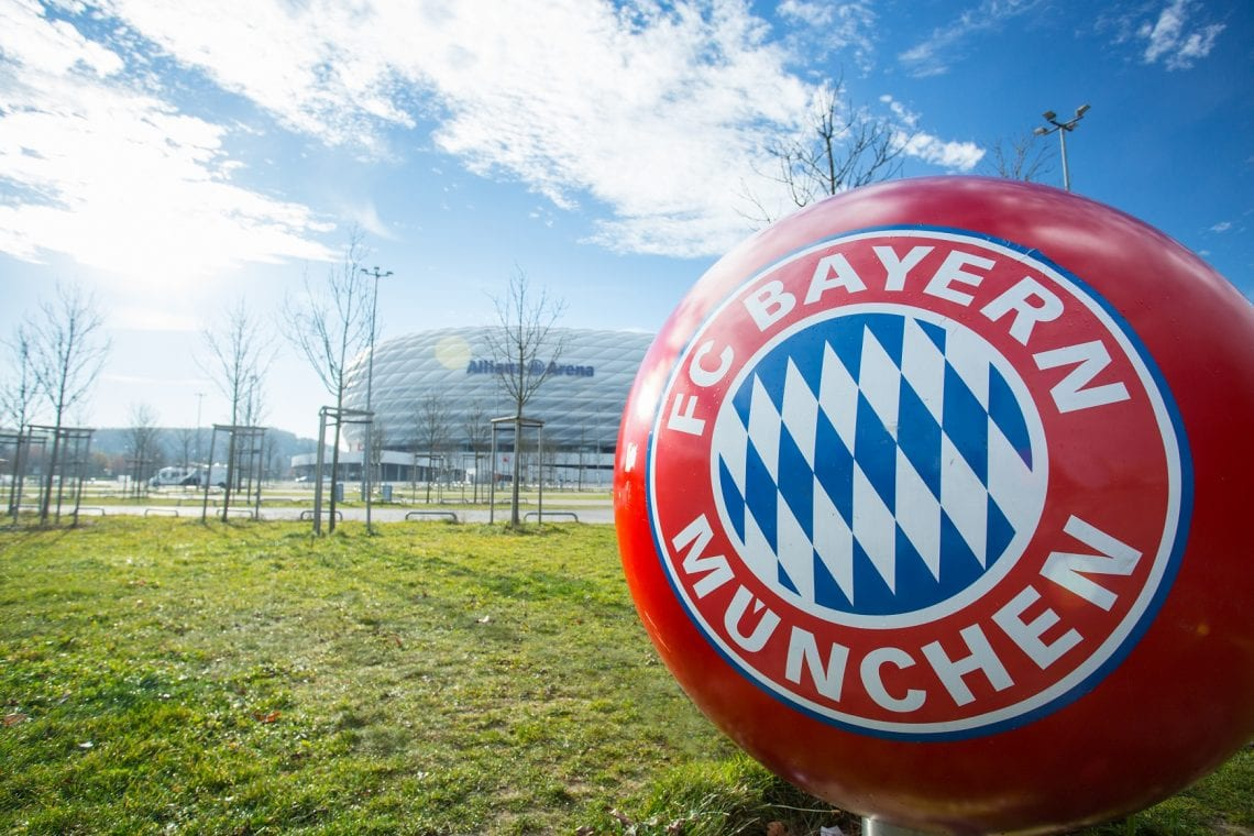 Piłka przed stadionem Bayern Monachium