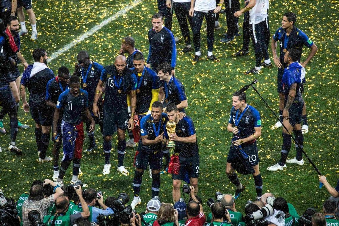 Reprezentanci Francji z pucharem Mistrzostw Świata
