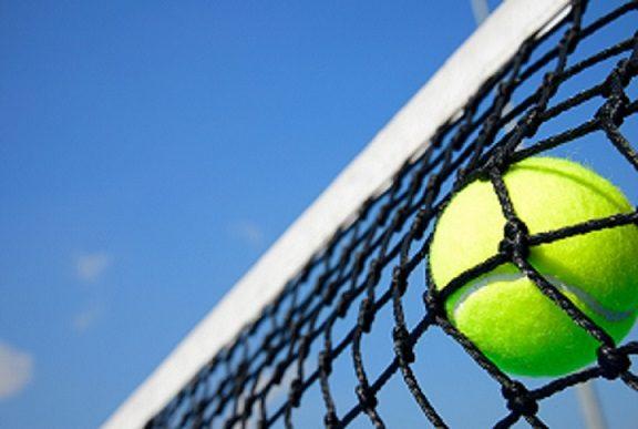 piłeczka tenisowa w siatce