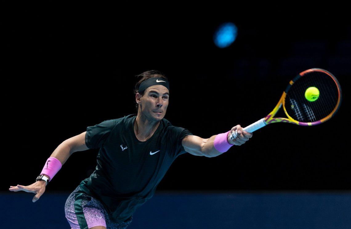 Rafael Nadal odbijający piłeczkę - tenis