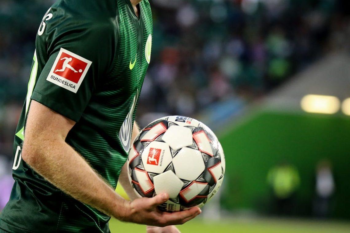 Zawodnik Wolfsburga z piłką