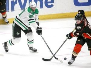 Zawodnicy NHL walczący o krążek