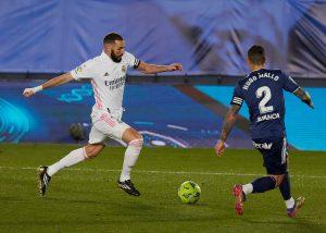 Karim Benzema w walce o piłkę z Hugo Mallo la liga 20.03.21