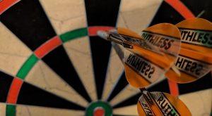 Tablica dart z lotkami w 60 scieta